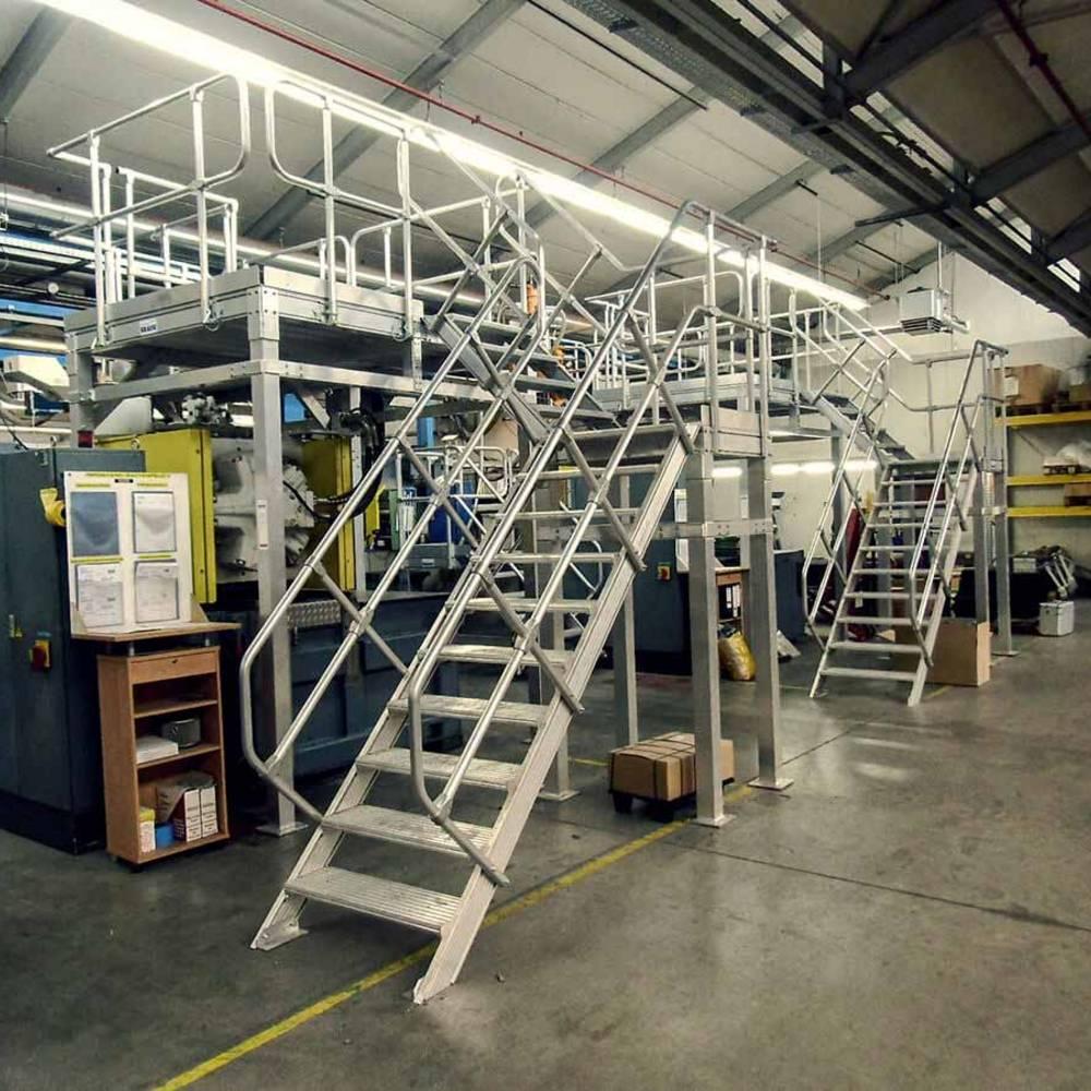 Стационарная рабочая платформа с маршевой лестницей для подъема