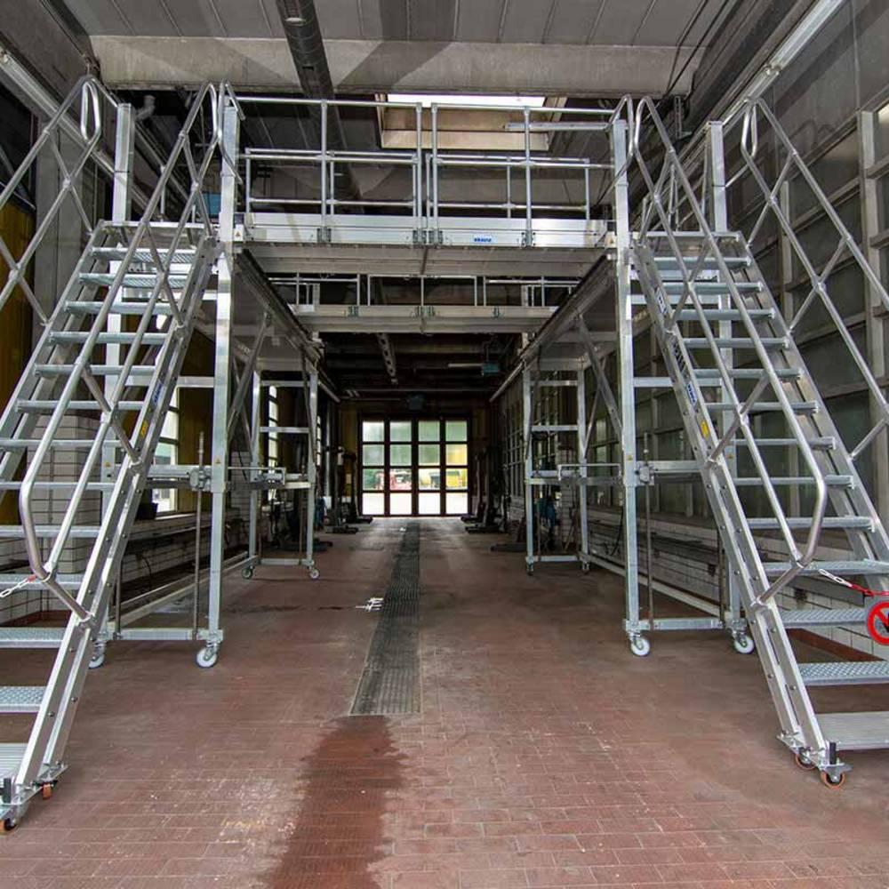 Передвижная рабочая платформа с двухсторонними трапами с изменяемым углом наклона
