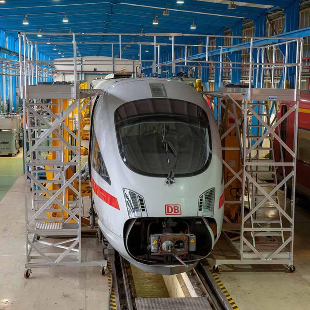 Передвижные рабочие платформы с регулировкой по высоте для обслуживания поездов