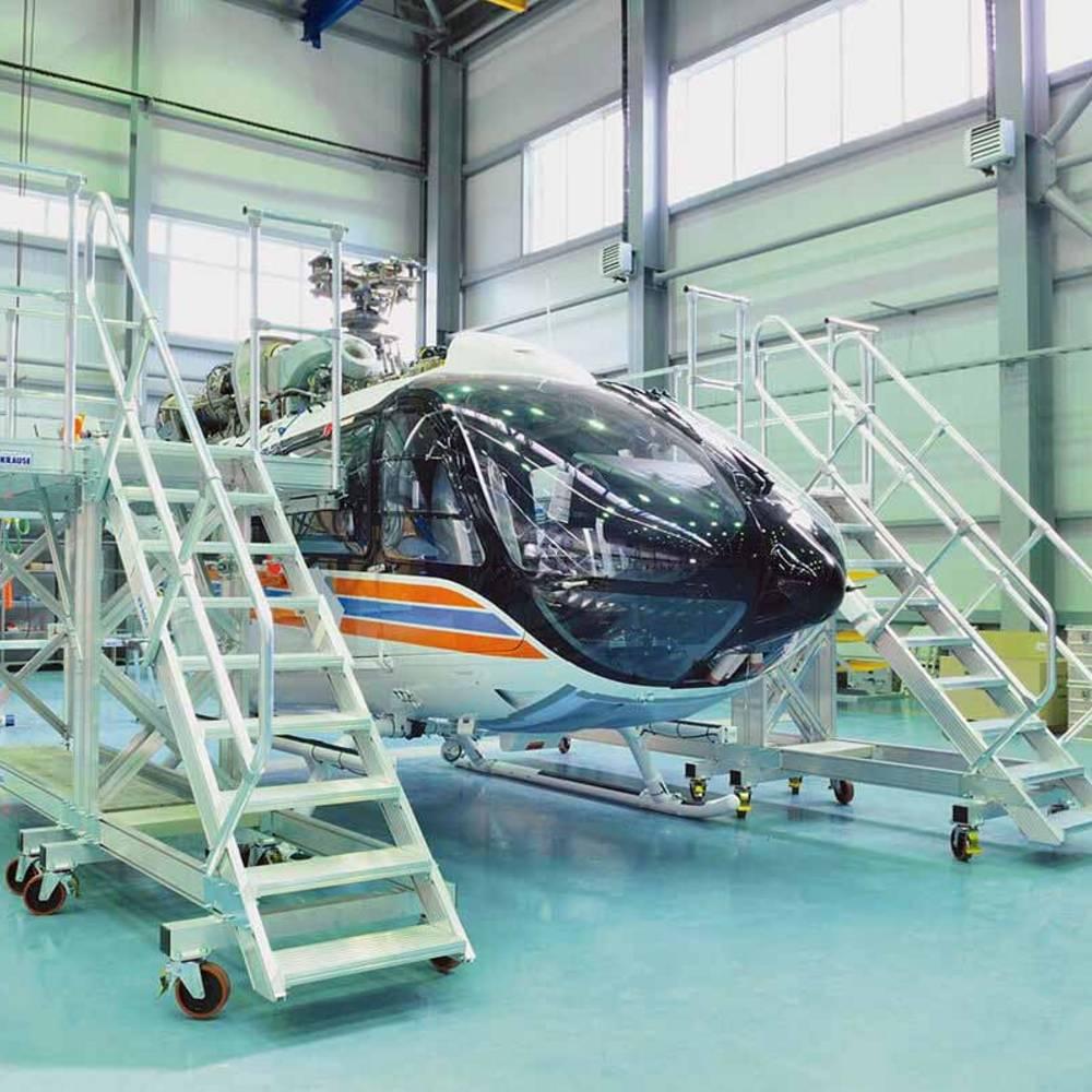 Передвижная рабочая платформа для обслуживания вертолетов