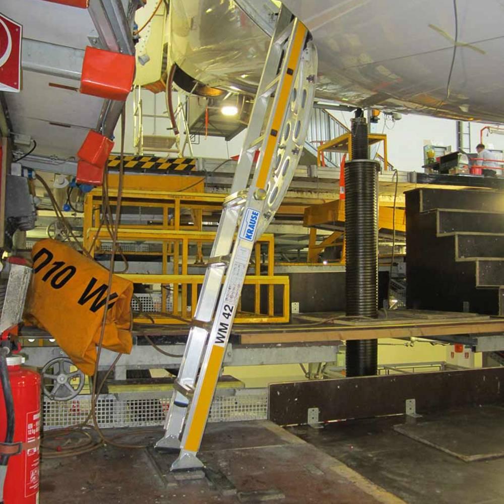 Регулируемая по высоте специальная лестница для обслуживания самолетов