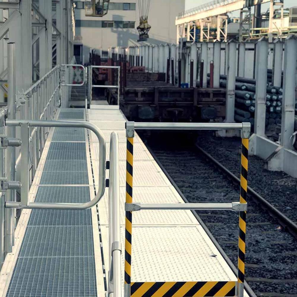 Складывающаяся рабочая платформа для обслуживания поездов