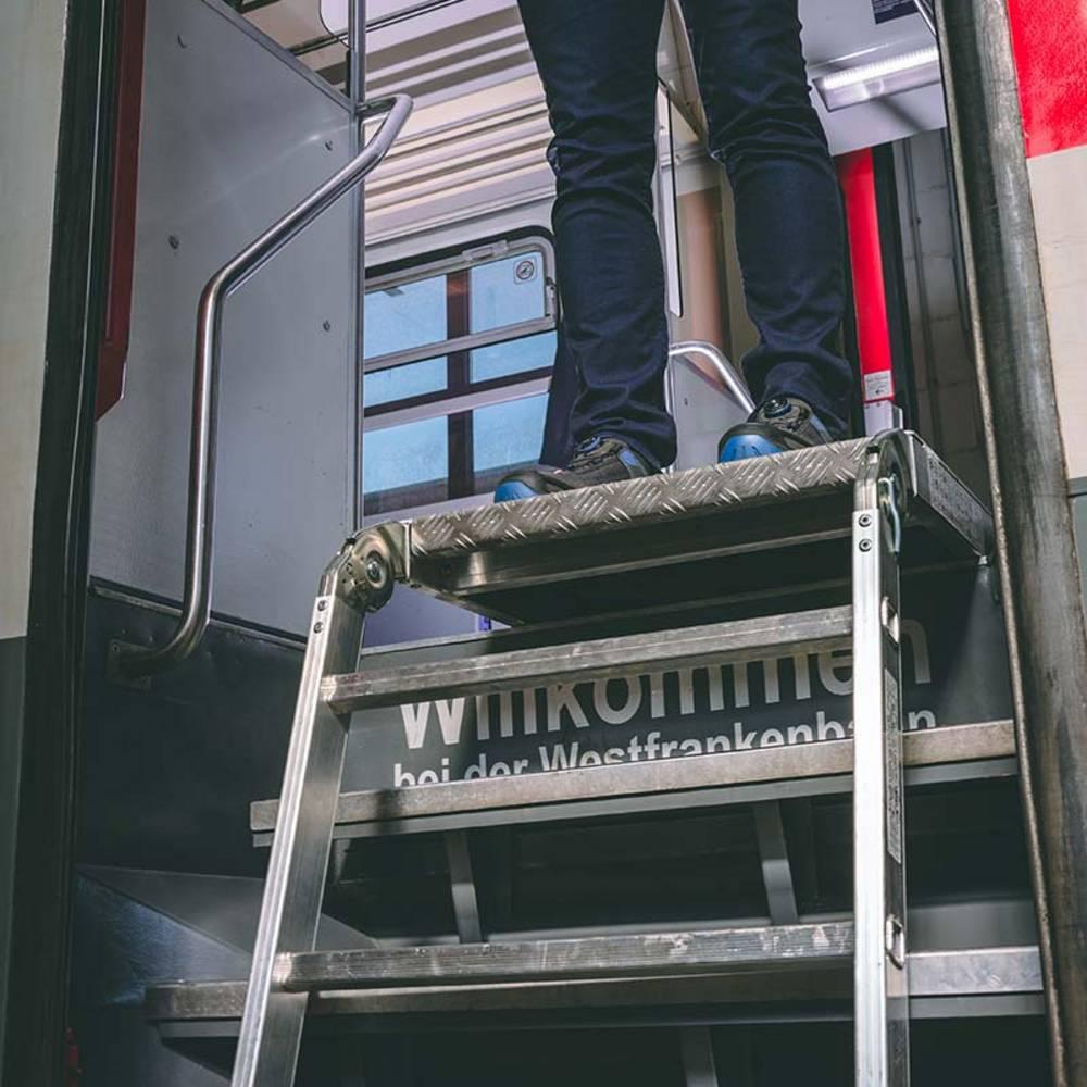 Специальная лестница для посадки в поезд и работ в зоне дверей