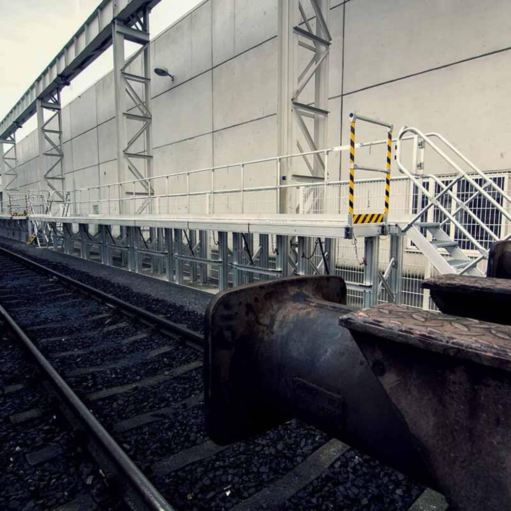 Стационарная рабочая платформа для обслуживания поездов