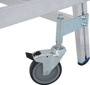Односторонняя передвижная лестница с платформой. 4 поворотных ролика Ø 125 мм, 2 из них с тормозами, обеспечивают легкую эксплуатацию и безопасное использование