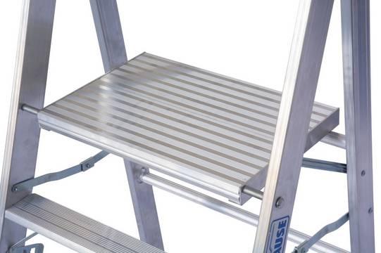 Профессиональная подставка. Большая площадка (550 х 350 мм) для безопасной и удобной работы на ней.