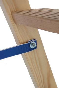Деревянная двухсторонняя лестница с перекладинами и ступенями. Раздвижение секций предотвращается при помощи ремней, устойчивых к атмосферным влияниям