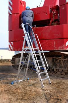 Пример использования Стремянка с большой платформой и дугой-ограждением