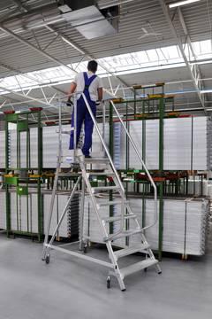 Пример использования Лестница с платформой односторонняя с плинтусом и высоким ограждением согл. EN 131-7