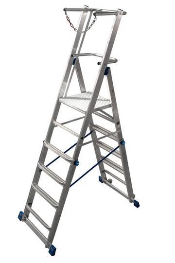 Легко регулируемая по высоте телескопическая лестница с платформой. Данная лестница имеет большую платформу, U-образную дугу безопасности и цепь ограждения для безопасного использования, а так же вмонтированные ролики для удобной транспортировки.
