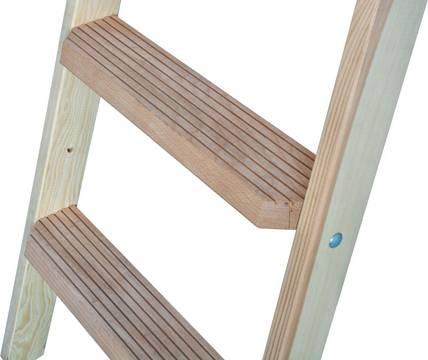 Деревянная лестница с перекладинами и ступенями. Широкие ступени 80 мм для удобства и безопасности.