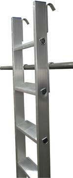 Стеллажные лестницы с одной парой крюков. Два верхних крюка предназначены для навешивания лестницы на трубу при а два нижних крюка для навешивания лестницы после использования (парковочная позиция)