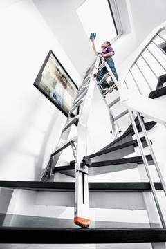 Пример использования Шарнирная телескопическая лестница с 4 удлинителями боковин Televario