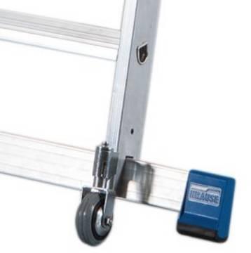 Стремянка с роликами и траверсой. Две стабильные поперечные траверсы с роликами утапливаемых под нагрузкой, обеспечивают лёгкую перестановку и безопасную работу на лестнице Rollstop-System