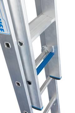 Раздвижная лестница +S. Благодаря новой инновационной комбинации ступеней и перекладин лестница может использоваться при подъеме и как рабочее место.