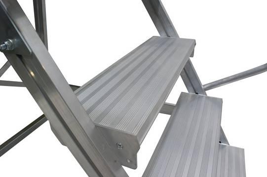 Односторонняя алюминиевая передвижная лестница с площадкой - Широкие ступени 175 мм предназначены для максимальных удобства и безопасности при подъёме