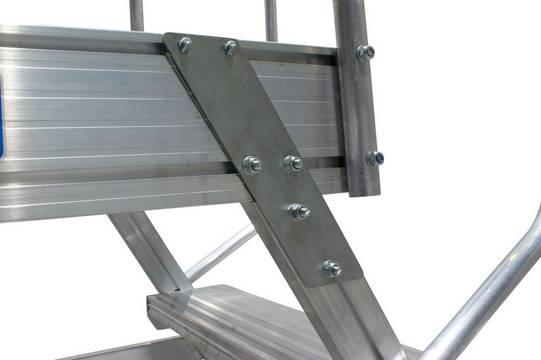 Лестница с площадкой. Все соединения произведены заклёпочным или болтовым способом, что позволяет производить замену отдельных деталей