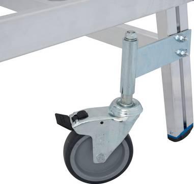 Односторонняя передвижная лестница с платформой с плинтусом и высоким ограждением. 4 поворотных ролика (Ø 125 мм), 2 из них с тормозами, обеспечивают легкую эксплуатацию и безопасное использование