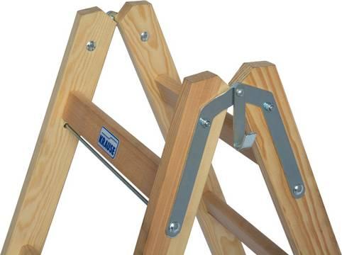 Деревянная двухсторонняя лестница с перекладинами и ступенями. Стабильный, с несколькими болтовыми соединениями стальной шарнир с крюком для ведра с одной стороны