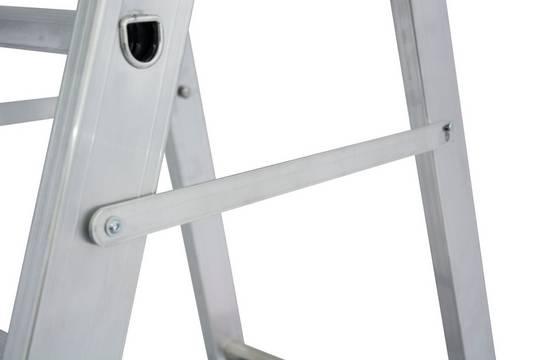 Стремянка с роликами и траверсой. Встроенная планка для жесткой фиксации боковин повышает степень устойчивости