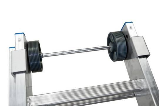 Универсальная лестница +S. Прочные ремни вшиты в металлические петли