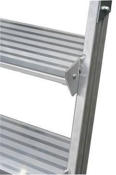 Односторонняя передвижная лестница с платформой с плинтусом и высоким ограждением. Глубокие ступени