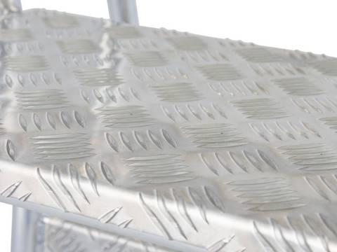 Монтажная подставка. Рифленые ступени шириной 240 мм обеспечивают безопасный подъем и спуск