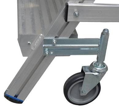 Односторонние передвижные лестницы с платформой. 4 поворотных ролика Ø 125 мм, 2 из них с тормозами, обеспечивают легкую эксплуатацию и безопасное использование
