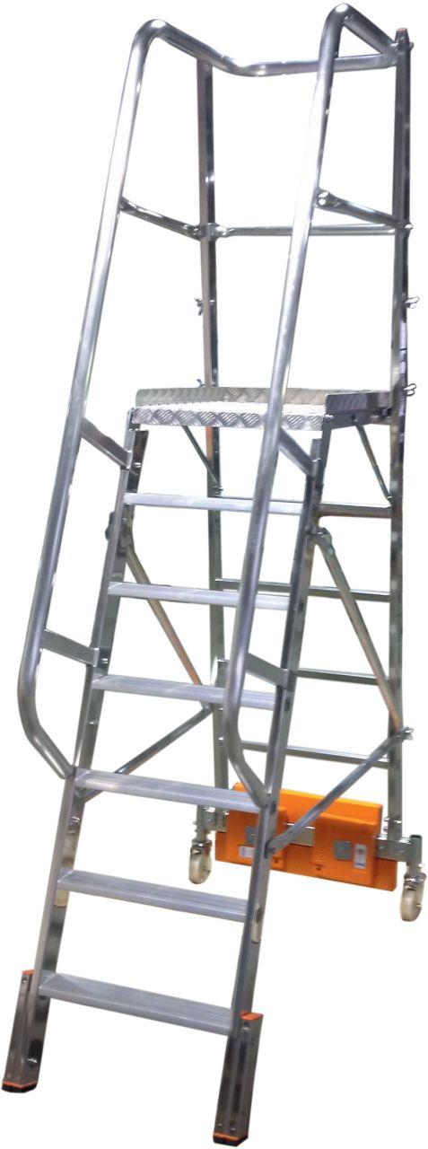 Лестницы с платформой Vario Kompakt. Односторонняя лестница с алюминиевой платформой с не большой площадью основания. Имеется выбор между траверсой или балластом для использования между стеллажами.