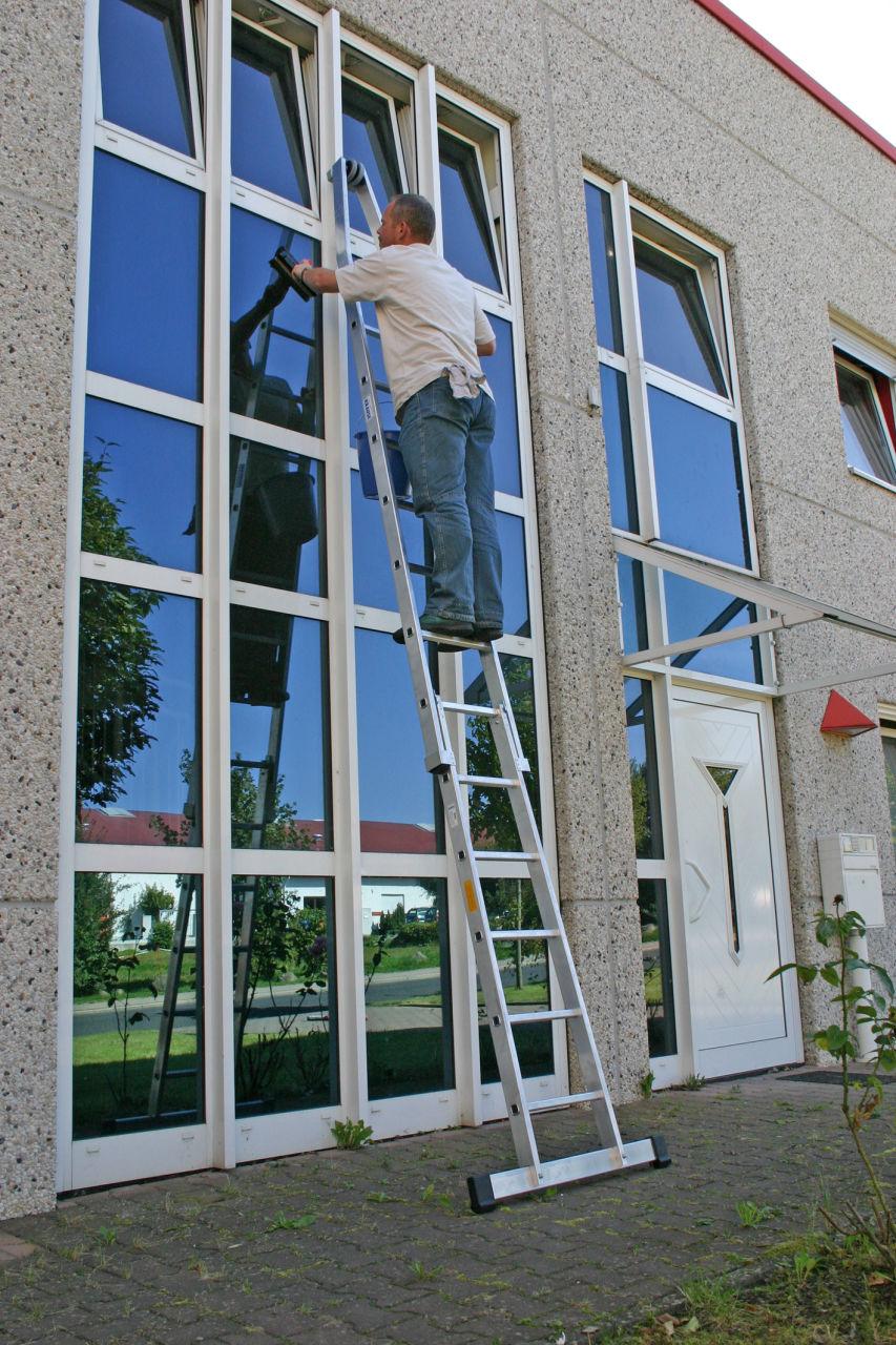Пример использования Лестница для чистки окон