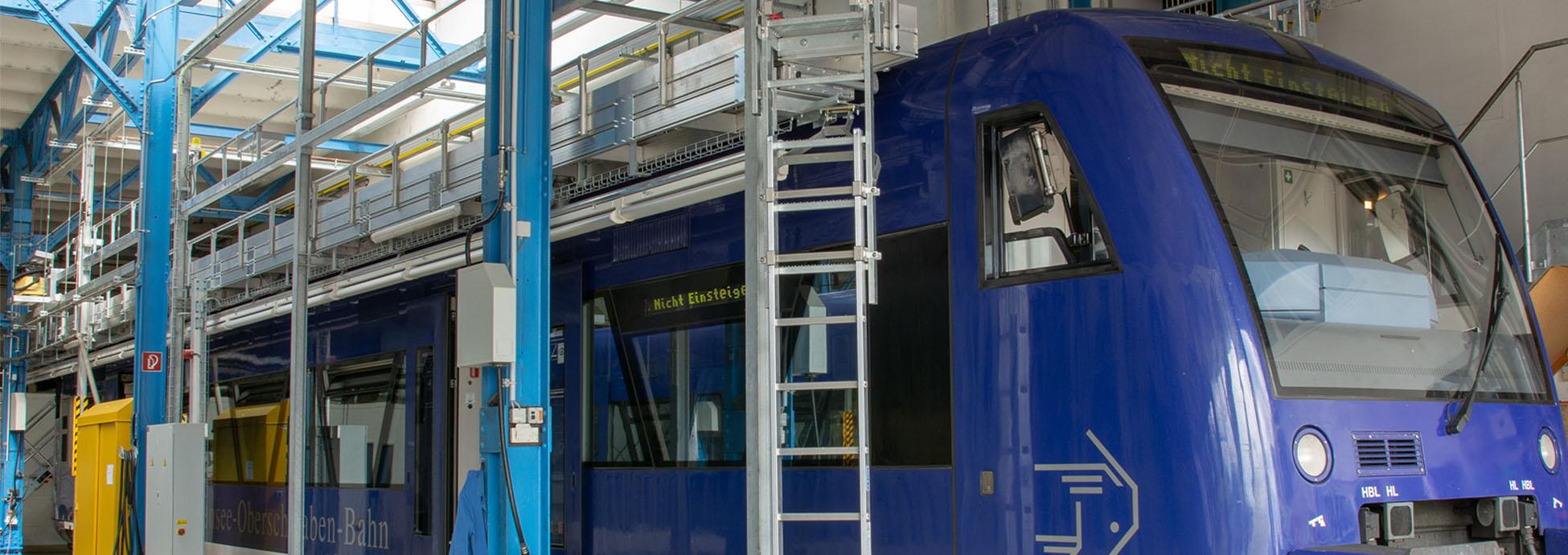 Стационарная подвесная рабочая платформа для работ на крыше с электрически выдвижными платформами и трапом для подъёма